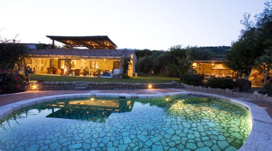 Villa diamond lux costa smeralda for Arredi costa smeralda